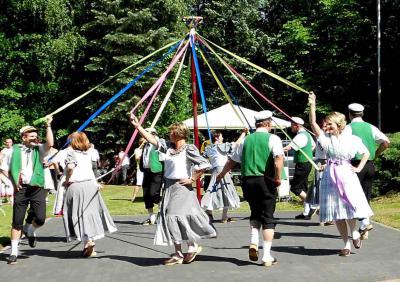 Der Traditionsverein Schmogrow tanzt am Bänderbaum. (Foto: Verein)
