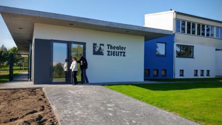 Im neuen Theatergebäude von Zielitz spielt das Holzhaustheater Komödien und Märchen. Die Schauspielschüler des Holzhaustheaters werden regelmäßig in den Inszenierungen des Theaters eingesetzt.