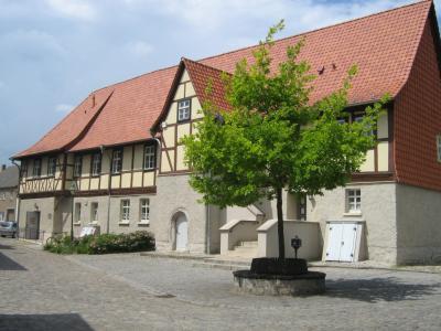 Das Gebäude fiel 1664 einem Stadtbrand zum Opfer. Das neue Rathaus wurde sofort nach dem Brand auf den Grundmauern errichtet. Es besteht aus einem wuchtigen, massiven Unterbau und einem viel gegliederten Fachwerkoberbau.