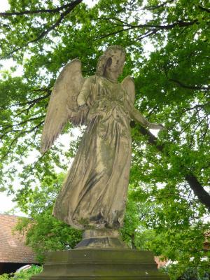 Der Engel auf einem Grabmahl von 1877 am Eingang des Friedhofs der Kirchengemeinde Steinwedel empfängt die Besucher des Friedhofs auf der Westseite.