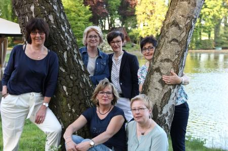 v.l. Annette Blömer, Margret Emke, Annette Jans-Wenstrup Anneliese Möhlmann, sitzend v.l. Andrea Kemna-Tönnies, Annette Nienaber