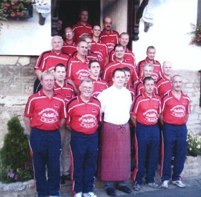 Das Team der Sportgemeinschaft Rot-Weiß Mülverstedt mit ihrem Sponsor Karsten Schill, der Gaststätte Schenke Schill in Weberstedt