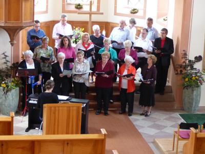 Der Singkreis beim Auftritt in der protestantischen Kirche