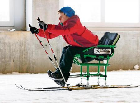 Sportlerin im Langlaufschlitten - SitSki