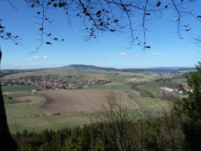 Blick zum Dolmar vom Rohrer Stein, im Vordergrund Rohr, darüber Kühndorf, am rechten Biildrand die Schwarzatal-Brücke der A 71
