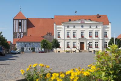Rathaus und Kirche in Wusterhausen
