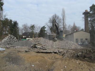 Foto zur Meldung: Abriss am Neuen Gymnasium hat begonnen - Straßenverkehr wird nicht behindert