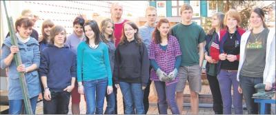Foto zu Meldung: Die junge Gemeinde packt kräftig zu