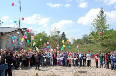 Foto zur Meldung: Den Zauber des Neuen gefeiert – Bürgermeister, Lehrer, Eltern und Schüler legten Grundstein für neues Gebäude des Neuen Gymnasiums