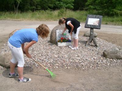 Vorschaubild zur Meldung: Gedenksteinpflege