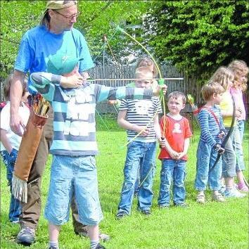 Foto zur Meldung: Knirpse lernen Bogenschießen