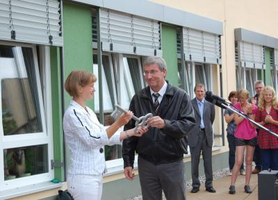 Foto zur Meldung: Mit dem Kuss der Musen neues Schulgebäude erobert – Erweiterungsbau des Neuen Gymnasiums Falkensee pünktlich zum Schuljahresbeginn eröffnet