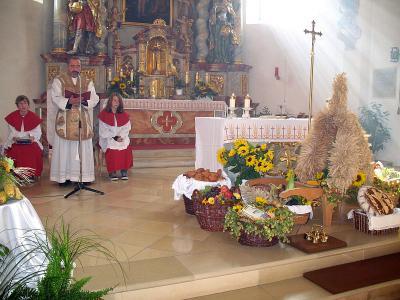 Foto zur Meldung: Feierliches Erntedankfest – Kirchenzug sämtlicher Vereine und Gabenprozession