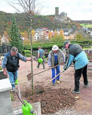 Foto zur Meldung: Ortsgemeinde: Burgschwalbacher Rentner werten Ortsbild auf