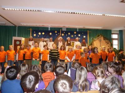 Foto zu Meldung: Ein Weihnachtsmusical vor den Ferien – Viel Lob vom Rektor und stürmischer Applaus der Gäste