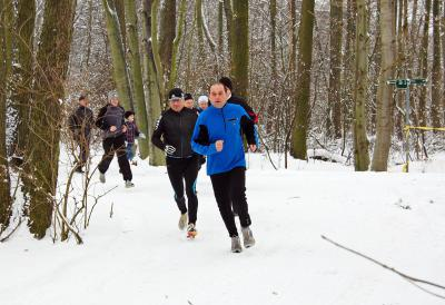 Foto zur Meldung: Sportlicher Jahresabschluss durch den tiefverschneiten Winterwald