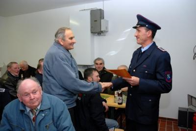 Foto zu Meldung: Nikolausgeschenk für Lindenaer Feuerwehrkameraden