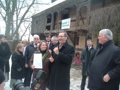 Foto zur Meldung: Der Förderverein und die Kirchengemeinde haben einen Grund zum Feiern.
