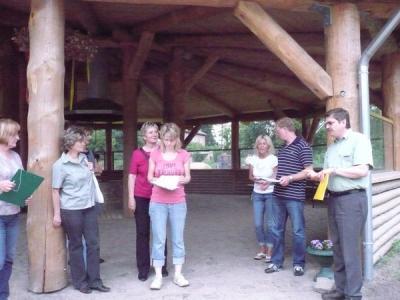 Foto zur Meldung: Lehrerkollegium in der (Wald)schule