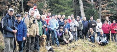 Foto zu Meldung: Fünf neue Eichen - Wanderkaiser verewigen sich im Elbingeröder Wald