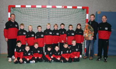 Foto zur Meldung: Neue Trainingsanzüge für die F-Junioren des FC Hevesen