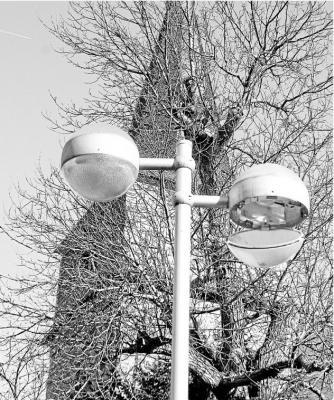 Foto zur Meldung: Ortsgemeinde: Alte Lampen am Dorfplatz haben ausgedient