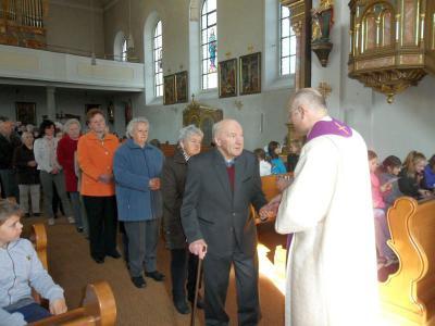 Foto zur Meldung: Über 100 Gläubigen spendete Pfarrer Rahm die Hl. Krankensalbung