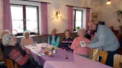 Foto zur Meldung: Seniorentreffen mit Ostergeschenk