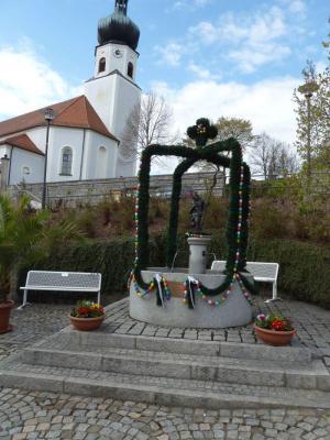Foto zur Meldung: Der Johannisbrunnen präsentiert sich wieder im Osterkleid