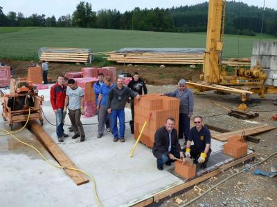 Foto zu Meldung: Obligatorische Grundsteinlegung für das Feuerhaus in Krailing