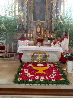Foto zur Meldung: Fronleichnamsprozession über den Pfahl – Evangelium unter den drei Kreuzen