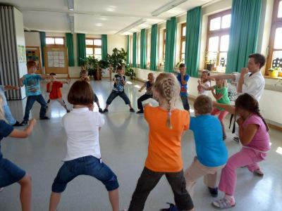 Foto zur Meldung: Die Schüler der ersten Klasse übten sich in Selbstverteidigung