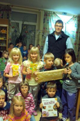 Foto zur Meldung: Imkereimeister Josef Muhr im Kindergarten