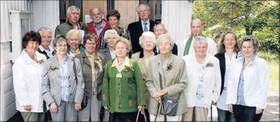 Foto zu Meldung: Gebet, Gedicht und ein Jodler zur Jubelkonfirmation im Holzkirchlein