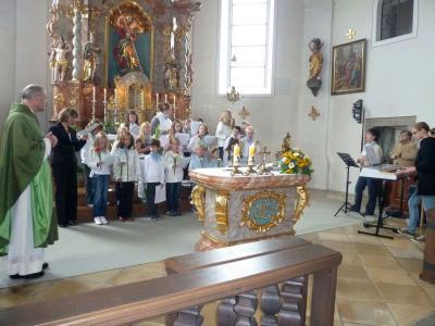 Foto zur Meldung: Der Kinder- und Jugendchor nahm Abschied von Pfarrer Rahm und ihrer Leiterin
