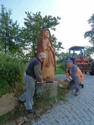 Foto zur Meldung: Geschnitzte Muttergottes am Kirchanger aufgestellt