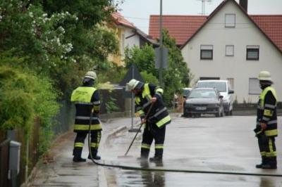 Foto zur Meldung: Unwetterschäden - Reinigung von Straße inWeichs