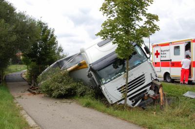 Foto zur Meldung: Verkehrsunfall in Weichs - Umgestürzter Sattelzug-LKW