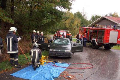 Foto zur Meldung: PKW-Unfall mit einer eingeklemmter Person und drei Verletzten