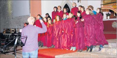 Foto zu Meldung: Da klatscht die Menge mit und springt der ganze Chor: Mitreißendes Gospel-Konzert erbringt viel Spaß und 500 Euro für Jugendscheune