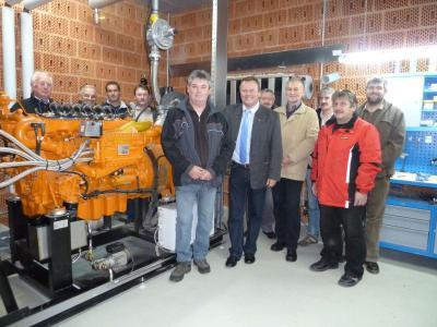 Foto zu Meldung: Gemeinderat besichtigte Biogasanlage der Familie Michael Högerl