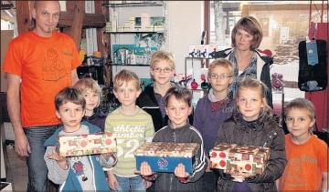"""Foto zu Meldung: Plötzlich stehen helfende Kinder in der Drogerie - Aktion """"Weihnachten im Schuhkarton"""" läuft"""
