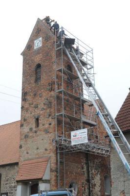 Foto zu Meldung: Neuer Nistplatz auf Libbesdorfer Kirche