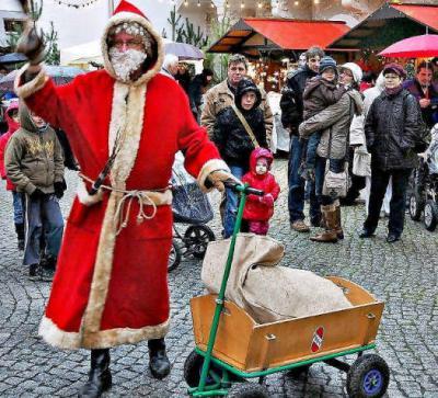 Vorschaubild zur Meldung: Weihnachtsmann trotzt Wind und Regen