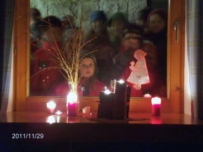 Foto zur Meldung: Unterwegs mit Laternen, Gedichten und Liedern auf dem Adventsweg