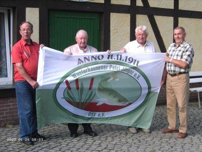 Foto zur Meldung: 95 Jahre: Neue Vereinsfahne überreicht