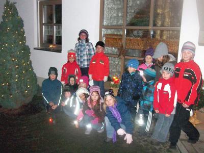 Foto zur Meldung: Kinder auf dem Adventsweg zur Familie Wolf unterwegs