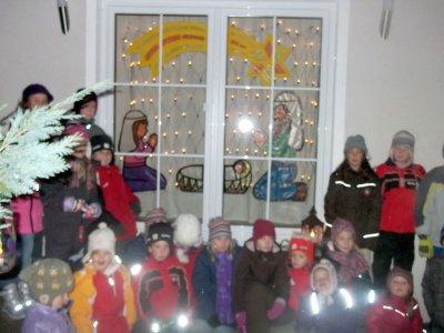 Foto zur Meldung: Kinder mit Laternen zum letzten Adventfenster im Dorf