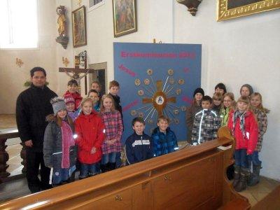Foto zur Meldung: 18 Erstkommunionkinder stellten sich der Pfarrfamilie vor