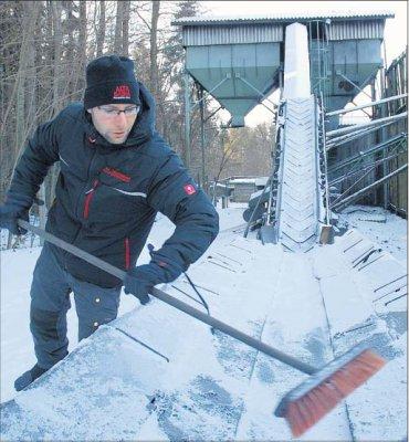 Foto zur Meldung: Holzkohle-Förderband eingefroren